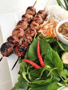 Nem Nuong boulettes de porc vietnamiennes Nem Nuong, Tandoori Chicken, Bbq, Ethnic Recipes, Food, Planks, Dumplings, Barbecue, Barrel Smoker