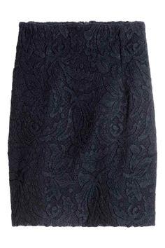 Koronkowa spódnica: Krótka, ołówkowa spódnica z koronki z krytym suwakiem z tyłu. Z dżersejową podszewką.