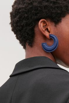 Detailed image of Cos padded two-tone leather hoops in blue Leather Earrings, Leather Jewelry, Largest Butterfly, Coily Hair, Earring Trends, Kinky, Jewelry Collection, Fashion Accessories, Jewelry Design