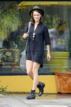 """Jessica Stroup, l'actrice en total-look black, sur le tournage de la saison 5 de la série """"90210 : Beverly Hills Nouvelle Génération"""", à Los..."""