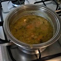 Minestrone di verdure con carote zucchine bietole zucca patata sedano cavolo fagioli cannellini e piselli
