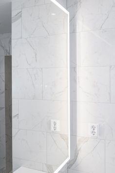 Delux-peili on tilattu juuri huoneen mittojen mukaan! #delux #peili #valopeili #mittatilaus #moderni #kylpyhuone #wc #helatukku Flooring, Tile Floor