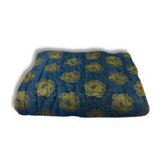 Édredon décor fleurs en soie intérieur couleur bouton d or vendu par Caroline  Pons  -  (). État : Bon état, Materiau : Tissu, Style : Ethnique,…