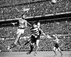 Eusébio nas alturas, durante derby, no antigo Estádio da Luz
