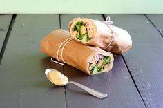 Wraps med kylling og hjemmelavet karrydressing Wraps, Fresh Rolls, Sandwiches, Food And Drink, Ethnic Recipes, Flutes, Tortillas, Student, Food And Drinks