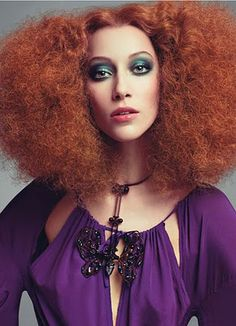 Today's models channel the spirit of disco-era style icons. 1970s Hairstyles, Easy Hairstyles, Disco Hairstyles, Crazy Hair, Big Hair, Auburn, Disco Makeup, Disco Fashion, 70s Fashion