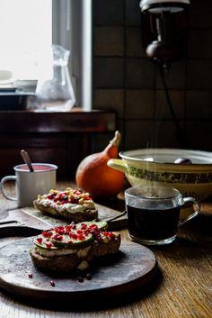Tartinka z twarogiem, gruszką, pieprzem i ziarenkami granatu