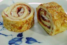 Jeroen sluit de retroweek af met een heerlijke opgerolde cake met slagroom, aardbeienconfituur en geroosterde amandelschilfers. Zo