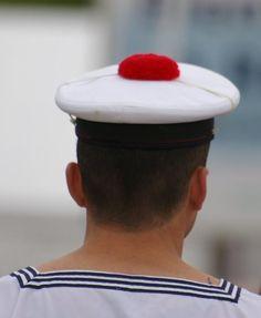 Pompon rouge : Si vous en approchez un, touchez le, ça porte bonheur... Du côté de Lorient, vous avez plus de chance § www.leclosdumenallen.com