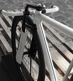 「36/28 Postale」は、都市部向け自転車のコンセプトモデル。後輪36インチ、前輪28インチのホイールを装着しており、自然に前傾姿勢を取れる。高速走行を可能とするだけでなく街中で目立つことも。