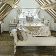 Kleines Schlafzimmer   Romantische Atmosphäre Metallbett Weiß Holzbalken  Grünlich Bodenbelag   Bettwäsche