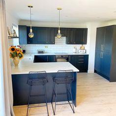 Kitchen Room Design, Modern Kitchen Design, Kitchen Layout, Kitchen Interior, Kitchen Decor, Brass Kitchen, Ikea Kitchen, Closed Kitchen Design, Small Modern Kitchens