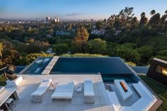 Terrasse und Swimmingpool in Perfect moderne Villa in Beverly Hills Infinity Pools, Infinity Edge Pool, Piscina Spa, Moderne Pools, Beverly Hills Mansion, Outdoor Pool, Outdoor Decor, Outdoor Lounge, Pool Lounge