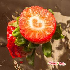 O suco de morango é uma incrível fonte de vitaminas e açúcares naturais que limpam o organismo. Ele é rico em potássio e ferro, que são bons para o fortalecimento do sangue. Detox, Strawberry Juice, Juices, Vitamins, Iron, Vegan