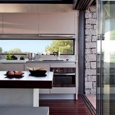 Une cuisine design et minimaliste à la vue panoramique