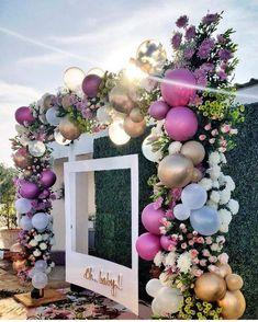 Antes que você queira me matar, CALMA!!! Isso não vai parecer festa infantil! Alguns noivos já usam os balões a gás em determinados momentos do casamento, como por exemplo, na entrada das crianças ou na pista de dança para os convidados soltarem no momento certo, porém, estes balões são para compor a parte decorativa. Tudo está ligado com o design que o decorador vai usar.. #casamento #backdrop #balão #balões #decoraçãocombalões #decoração #casamentobonito #casamentoaoarlivre #coresmetalicas