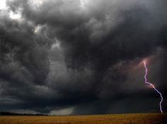 ケンタッキーの雷雲 Photograph by Jason Whitman, My Shot 2009年4月19日、ケンタッキー州クリスチャン郡は、雷雲の襲来に連続して見舞われ、激しい雷雨が3日間続いた。