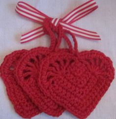 1 sett med 3 r�de  hekla hjerter.