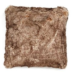 Nordstrom at Home 'Cuddle Up' Faux Fur Square Accent Pillow (€60) ❤ liked on Polyvore featuring home, home decor, throw pillows, caramel tipped, faux fur throw pillows and square throw pillows