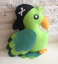Papagaio piratas em feltro <br>30 cm de altura