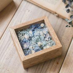Diary   mille la chouette (ミルラシュエット)   枯れることのないアーティフィシャルフラワーを使い、ブーケ、花冠、ウェルカムボード、リングピローなどのウエディングアイテムやフラワーアクセサリーをオリジナルで制作しているアトリエです。   ページ 14 Flower Box Gift, Flower Boxes, Flower Frame, Candle Packaging, Flower Packaging, Bouquet Shadow Box, Pressed Flower Art, Diy Gift Box, Diy Crafts Hacks