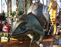 le manège des mondes Marins, hors du commun, sur lequel les enfants ont pris beaucoup de plaisir à manipuler les machines en tirant, poussant, pédalant, soulevant... ou à dompter des animaux insolites