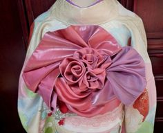 [ Yet to be determined obi used for ] BARA (rose) musubi. Kimono Japan, Traditioneller Kimono, Kimono Fabric, Japanese Kimono, Traditional Kimono, Traditional Dresses, Traditional Japanese, Modern Kimono, Asian Cute