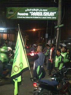 Kenang Almarhum Gunawan Ratusan Gojek Tabur Bunga di Warung Buncit Ratusan driver Gojek beramai-ramai melakukan aksi tabur bunga di Jalan Warung Buncit Mampang Jakarta Selatan Rabu (23/9/2015) dinihari.