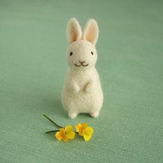 NHKカルチャー町田教室でも、定期講座が始まります。 4月から6月の3回の教室で、「白いうさぎ」を作ります。 白いうさぎは、春の花にも似合いますね。白いうさぎは私も初めて作りました。 シンプルな形なので、羊毛フェルトが初めての方にも良いと思います。 こちらも土台に「わたわた」を使います。 大きさ約10センチ。 羊毛フェルトのかわいい動物「うさぎ」NHK文化センター町田教室