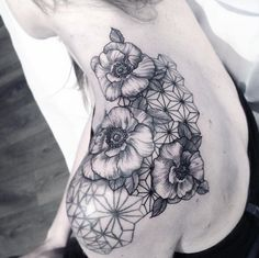 Ideas For Tattoo Geometric Flower Artists Detailliertes Tattoo, Piercing Tattoo, Body Tattoos, Girl Tattoos, Sleeve Tattoos, Tattoos For Guys, Piercings, Tatoos, Flower Tattoo Shoulder