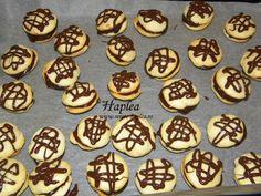 Paleuri de casa cu cremă de ciocolată... Sunt fragede și se prepară-ndată. Dacă sunteți de felul vostru norocoși, poate găsiți 5-6, diseară, în galoși! Deserts, Cookies, Food, Crack Crackers, Desserts, Biscuits, Cookie Recipes, Meals, Dessert