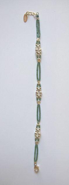 Inglés: Pulsera diseñada y construida por mí mismo totalmente a mano. Tejido de plata pequeñas perlas 925 liso y estriado (2-3 mm) y cable de Miyuki azul turquesa de seda/poliéster, resistente al agua, (obsoleto en piscina clorada: riesgo de decoloración). Acabado (extensión
