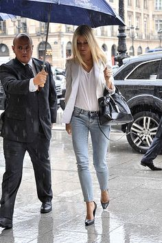 [[Gwyneth Paltrow in a white blazer, white tee, cropped light jeans.]] Proportions could be a bit different but love the white blazer and light jeans and heels. Casual Chic, White Casual, Look Fashion, Fashion Outfits, Look Blazer, Look Street Style, Light Jeans, Looks Chic, White Blazers