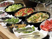 Buffet froid  On compte par personne adulte :    200 à 250 g de produits d'origine animale (en brut, et tout confondu)  250 à 300 g de légumes et garnitures confondues  50 g de fromage  100 g de pain  1/2 litre de boisson (vin, bière, eau, jus de fruits) confondus  100 à 150 g de dessert