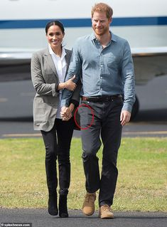 Experts tell Town and Country that Meghan Markle and Prince Harry, the Duke and Duchess of Sussex, are not required to get additional help to care for their child. Prince Harry Et Meghan, Meghan Markle Prince Harry, Princess Meghan, Harry And Meghan, Princess Diana Family, Estilo Meghan Markle, Meghan Markle Style, Harry Royal, Prinz Harry Meghan Markle
