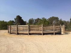 Horse round pen Round Pens For Horses, Horse Round Pen, Bank Barn, Horse Arena, Horseshoe Projects, Horse Farms, Livestock, Animal Shelter, Shed