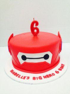 cara sederhana membuat kue kepala baymaxCover kue dengan fondant warna merahBuat template untuk mata baymaxPasang pada cakePotong sesuai template den…
