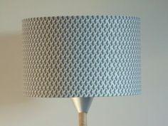 Abat-Jour-cylindre-rond-motif-cubes-gris-et-argentes-geo-rond-28-cm