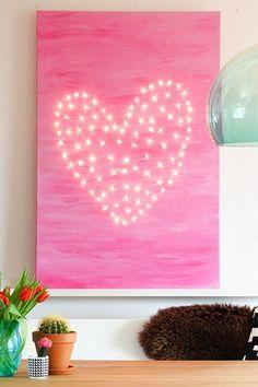 Met een canvas, stickers en verf maak je deze prachtige verlichte canvas kunst (AANRADER!)