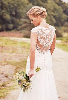 Prestige Powder Wedding |  Bruid met bruidsboeket in de natuur