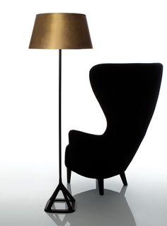 Le lampadaire Base est composé d'une base en fonte de forme pyramidale et d'un abat-jour en laiton laminé et laqué avec une finition satin.