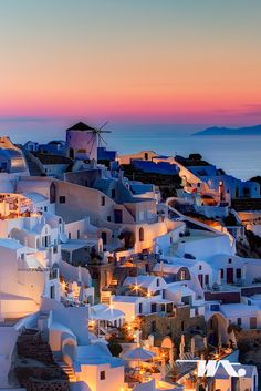 Santorini am Abend. Griechenland Santorini am Abend. Griechenland Source by serenamentefr Places Around The World, The Places Youll Go, Travel Around The World, Places To See, Around The Worlds, Vacation Destinations, Dream Vacations, Vacation Spots, Holiday Destinations