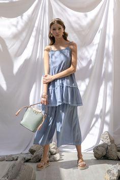 Vestido con olanes azul y culotte azul pastel That's It, sandalias beige tejidas Steve Madden, bolsa menta Cloe, aretes de moneda, diadema dorada con perlas y pulseras carey MAP.