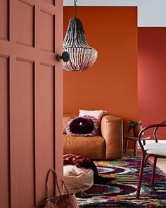 BROWN LIVING ROOM IDEAS – Let's make this year as the year of simplicity. We can start realizing the goal by working on brown living room ideas. Read Gorgeous Brown Living Room Ideas 2020 (For Your Inspiration) Interior Paint Colors, Home Interior Design, Interior Painting, Room Colors, Wall Colors, Living Room Paint, Living Room Decor, Living Rooms, Deco Orange