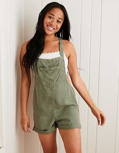Overalls are a trend we can expect to see a lot of this year. It's a trend that's easy to wear. Here are 35 overall shorts outfit ideas to try now. Overall Shorts Outfit, Overalls Outfit, Sporty Outfits, Summer Outfits, Cute Outfits, Summer Clothes, Oversized Long Sleeve Shirt, White Tube Tops, Mens Outfitters