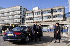 Koning Willem-Alexander heeft dinsdag een bezoek gebracht aan spoorknooppunt Utrecht. Hij deed dat samen met staatssecretaris Dijksma van Infrastructuur en Milieu. Het station en de infrastructuur daar omheen worden ingrijpend verbouwd en de staatssecretaris heeft de koning laten zien wat dat in de dagelijkse praktijk betekent. (Lees verder…)