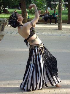 Asyut bailando en la XXXIII Hafla en Conexión Internacional de Madrid en el Templo de Debod. Junio 2017.