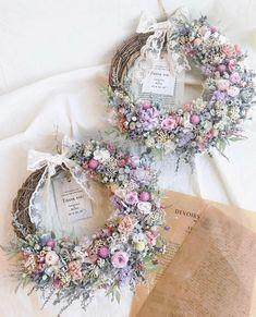 ブーケのトレンドはグリーン入り♡真似したいデザイン18選! Shabby Chic Kranz, Shabby Chic Wreath, Flower Arrangements Simple, Floral Centerpieces, Dried Flower Bouquet, Dried Flowers, Colchas Quilting, Wedding Wreaths, Easter Wreaths