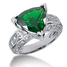 Emerald ring. Gorgeous. #jewelry #ring #emerald
