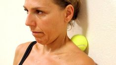 She Grabs A Tennis Ball And Presses It Against Her Neck. 6 Minutes Later The Pain Is Completely Gone. Newsner give you the news that truly matters to you! Fitness Workouts, Yoga Fitness, Sciatica Relief, Neck And Shoulder Pain, Neck Pain, Sciatic Nerve Pain Treatment, Ingo Froböse, Per Diem, November